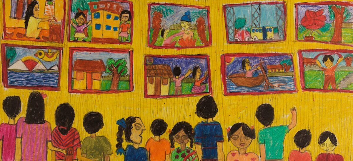Teos jossa lapset katselevat seinällä olevia tauluja. Seinä on keltainen , oranssi lattia.