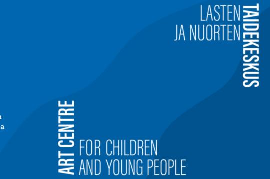 Lasten ja nuorten taidekeskuksen logo englanniksi ja suomeksi, valkoisella tekstillä. Sininen laatikko pohjalla.
