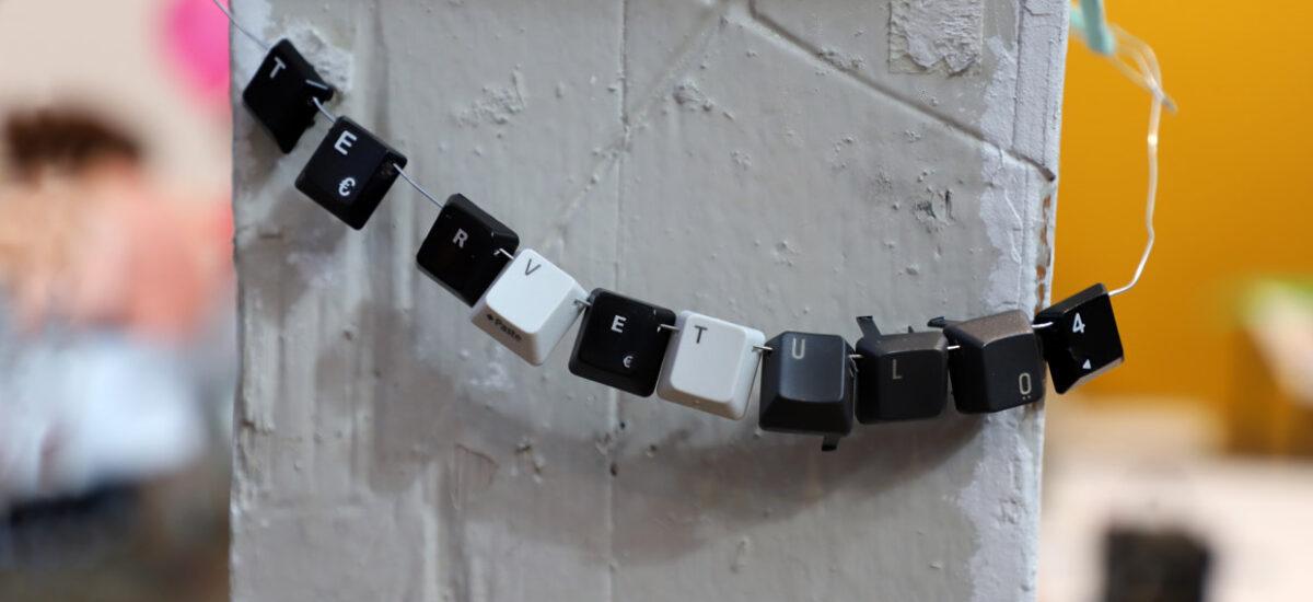 Tietokoneen näppäimistöstä irroitetuista näppäimistä koostettu nauha, jossa lukee