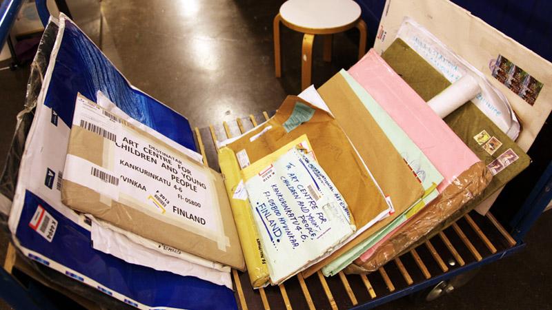 Kärryssä useita eri kokoisia kirjekuoria, jotka on osoitettu Taidekeskukselle.